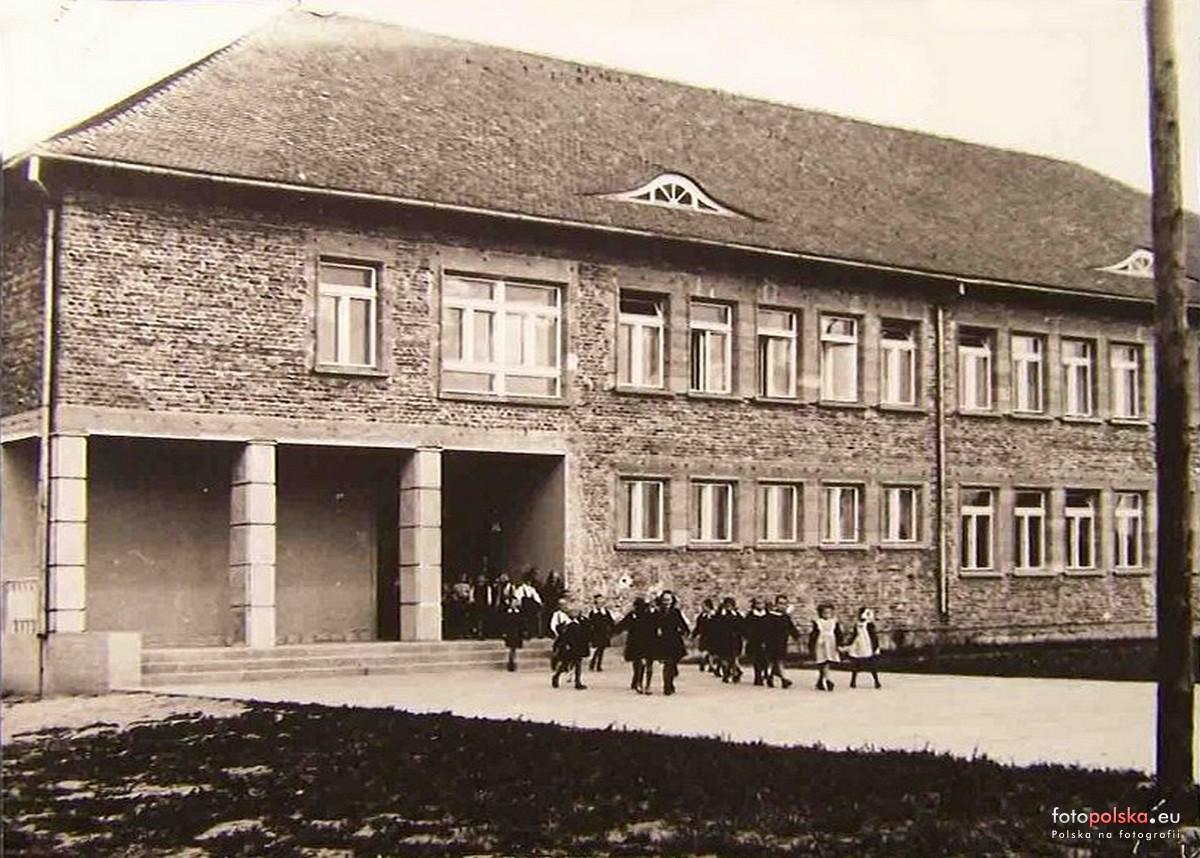 szkola-podstawowa-kornik-fotolia