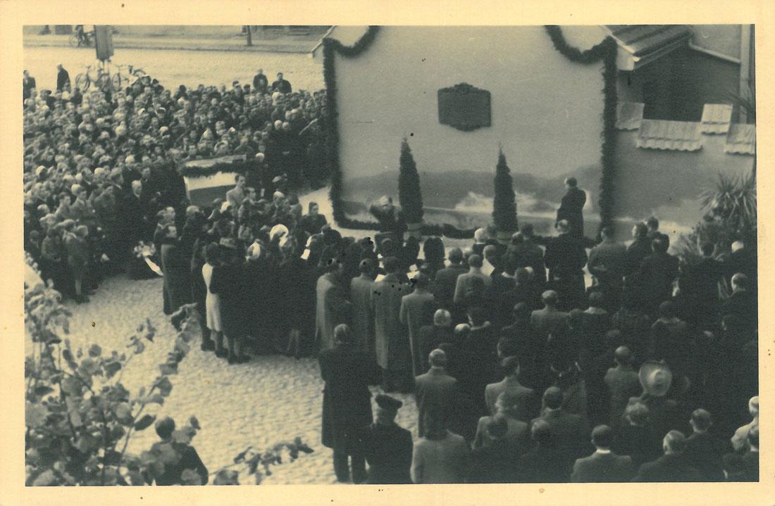 odsloniecie-tablicy-zostrzelanych-kornik-1945-strona