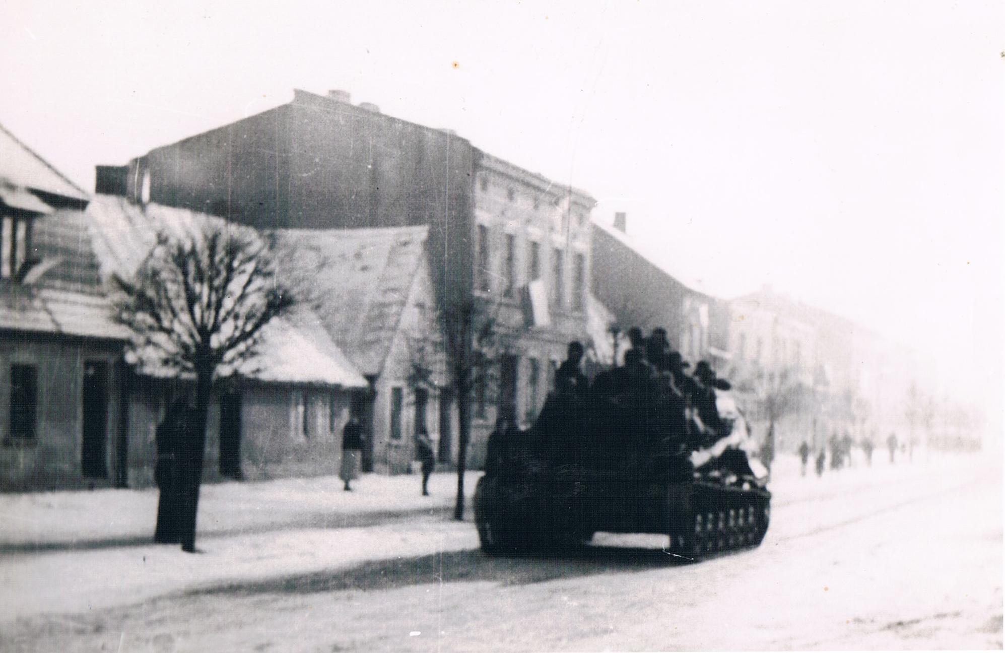 Czołg radziecki na ulicy Poznańskiej w Kórniku