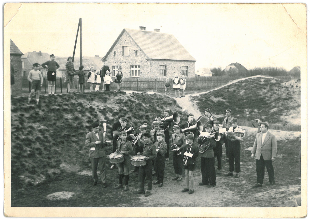Orkiestra Harcerska w Kórniku na wałach