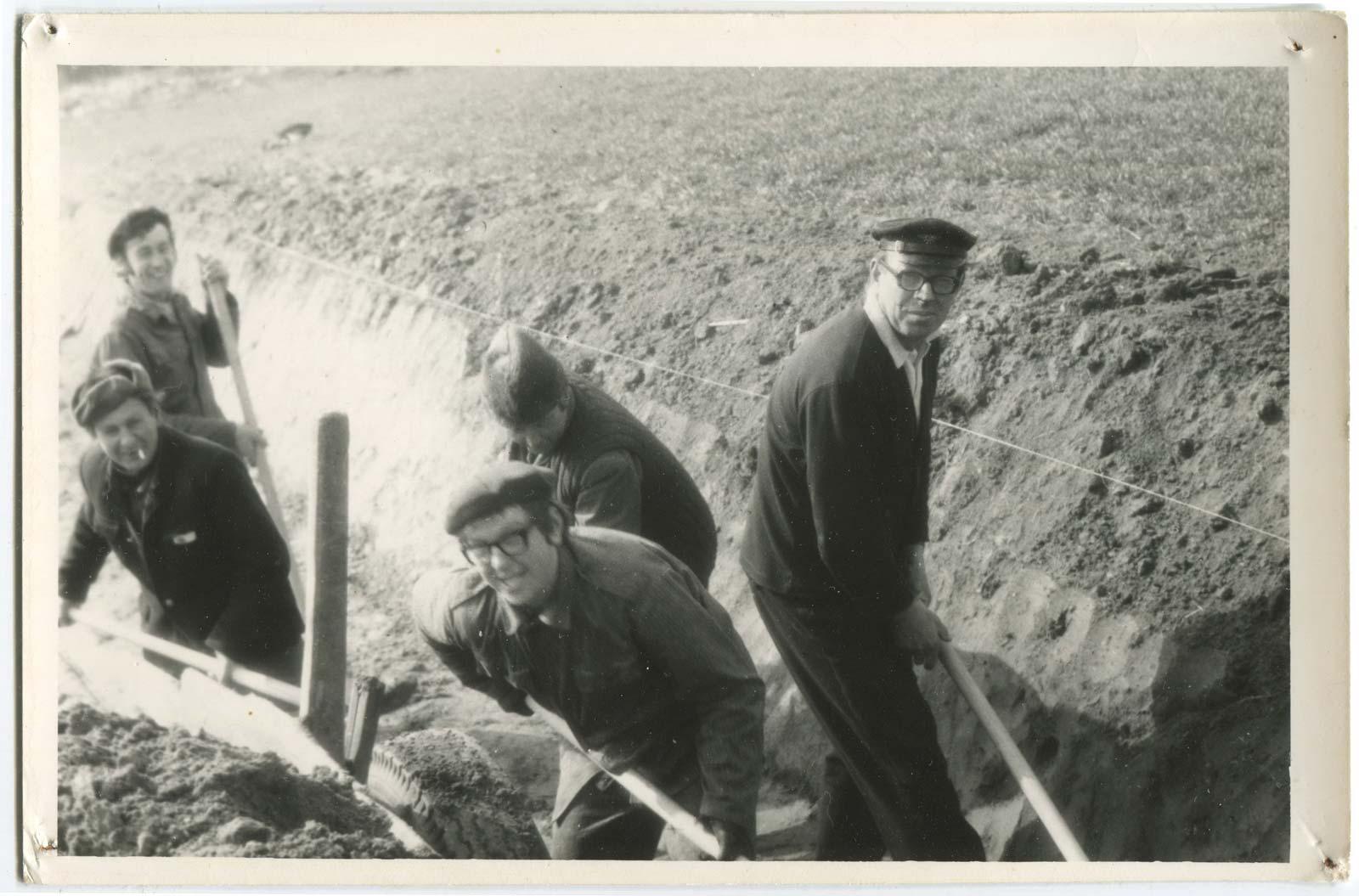 Budowa strażnicy OSP Kórnik - kopanie fundamentów - 1974 rok