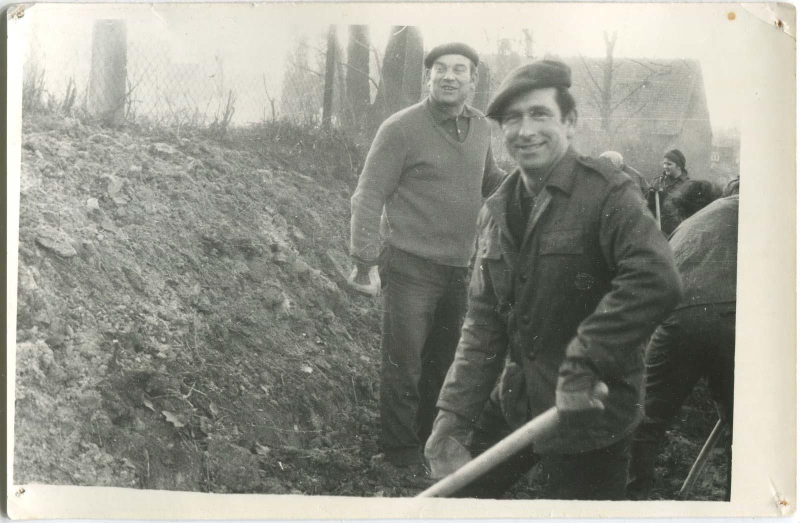 Budowa strażnicy OSP Kórnik - równanie terenu - 1974 rok