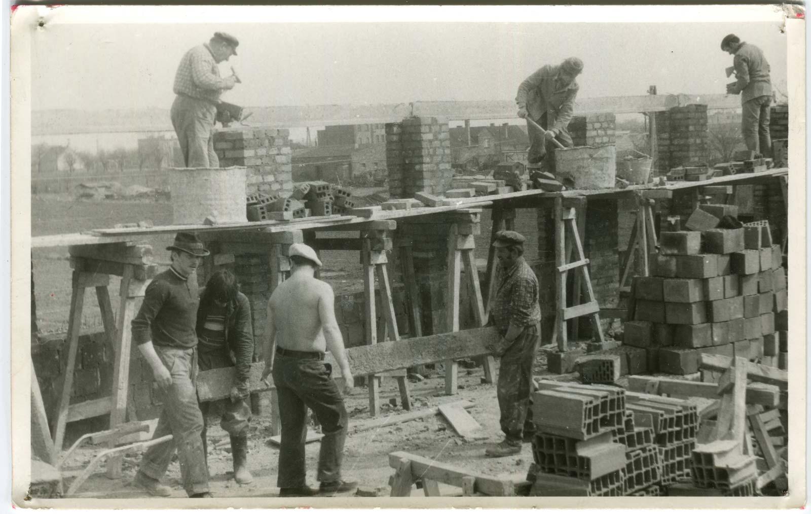 Budowa strażnicy OSP Kórnik - wznoszenie murów - 1975 rok